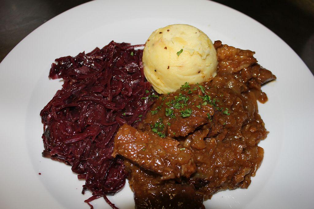 阿姆斯特丹The Pantry餐厅的牛肉炖洋葱(包括紫甘蓝和土豆泥)